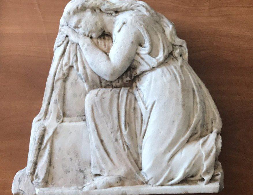 Μαρμάρινη ανάγλυφη πλάκα κατασχέθηκε στο Αγρίνιο – Αρχαιοκαπηλία